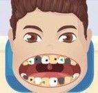 Garoto cuidar do dentes podres