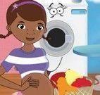 Doutora Brinquedos grávida cuidar das roupas