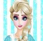 Elsa lavar louças