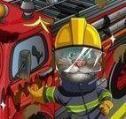 Gato Tom lavar carro de bombeiro