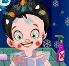 Banho de chuveiro da criança