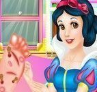 Branca de Neve cuidar do pé da Rapunzel