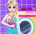 Elsa lavar roupas do bebê