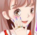 Manicure pintar unhas da menina
