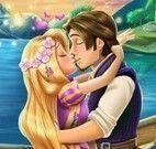 Rapunzel beijar o príncipe escondido