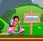 Dora andando de Vespa