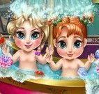 Anna e Elsa bebê na banheira